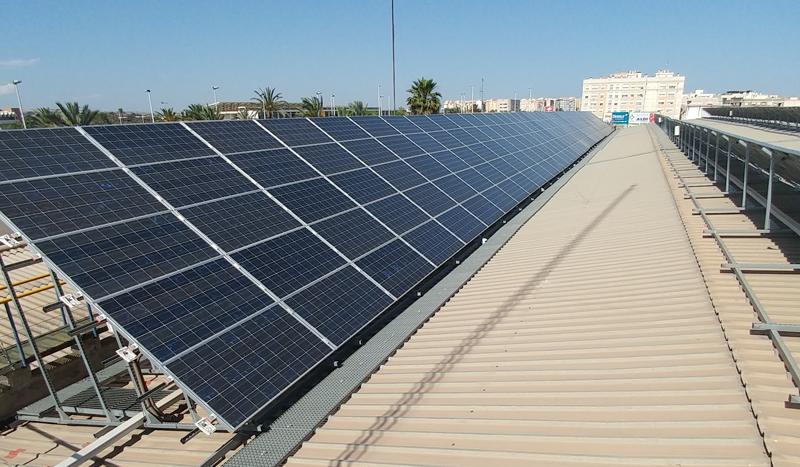 La instalación fotovoltaica consta de 66 placas solares sobre la cubierta del Palacio de los Deportes. Fuente : Archivo UMG.