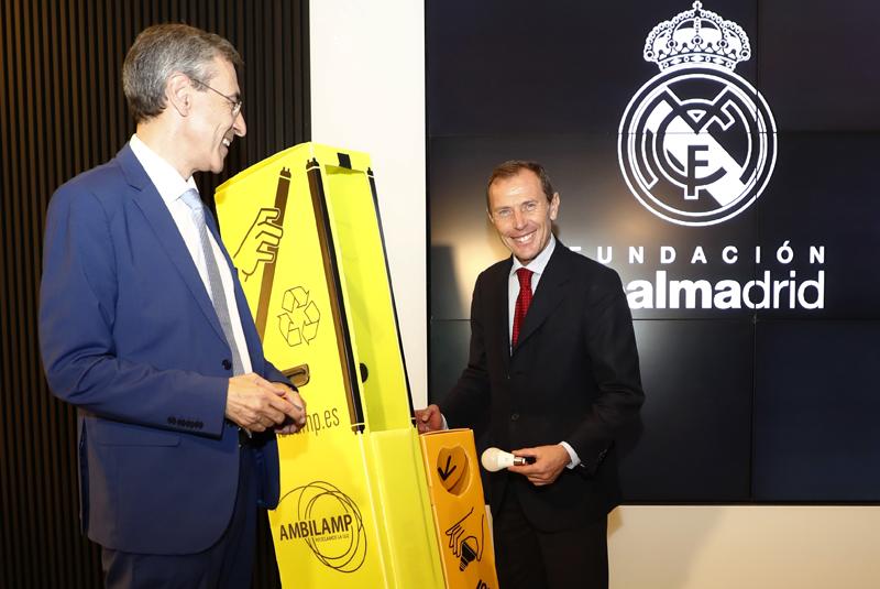 JuanCarlos Enrique Moreno, director general de Ambilamp, junto a Emilio Butragueño, director de Relacione Institucionales del Real Madrid.