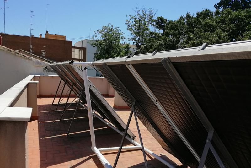 Instalación solar térmica en la azotea de Casa Caridad.