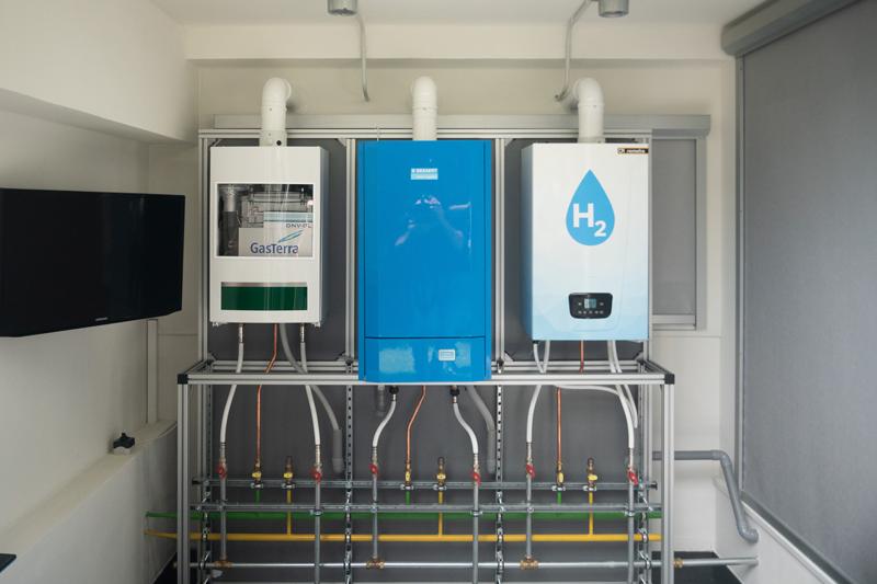 Caldera doméstica a base de hidrógeno instalada en una sala de calderas.