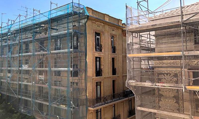 Edificios en rehabilitación con andamios.