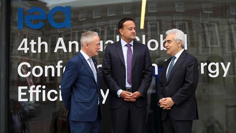 El Dr. Fatih Birol (derecha) con el Primer Ministro irlandés Leo Varadkar (centro) y el Ministro de Energía irlandés Richard Bruton (izquierda) (Fotografía: AIE)