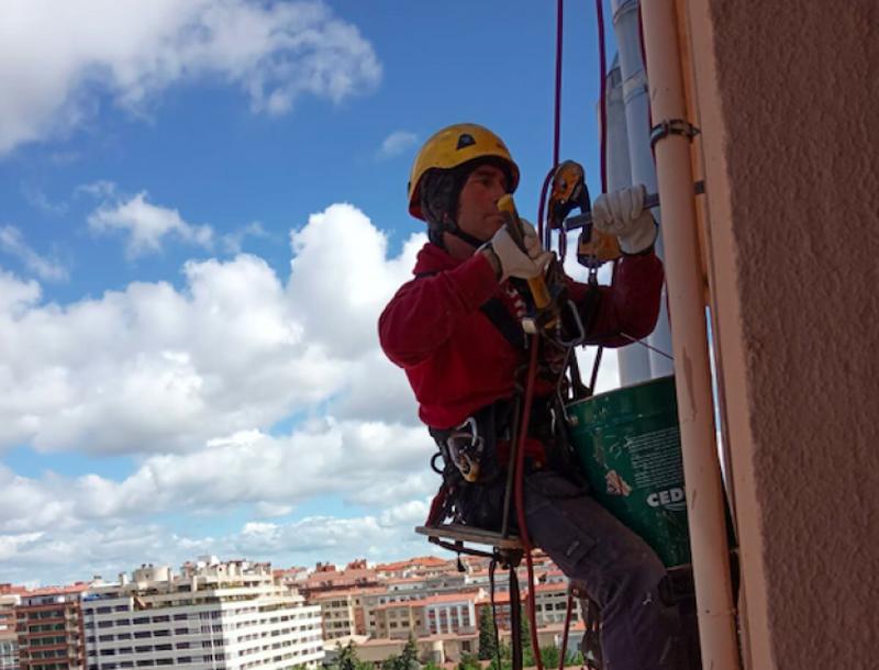 Trabajador de Rebi en las tareas de instalación de los tubos de la Red de Calor con Biomasa de Soria.