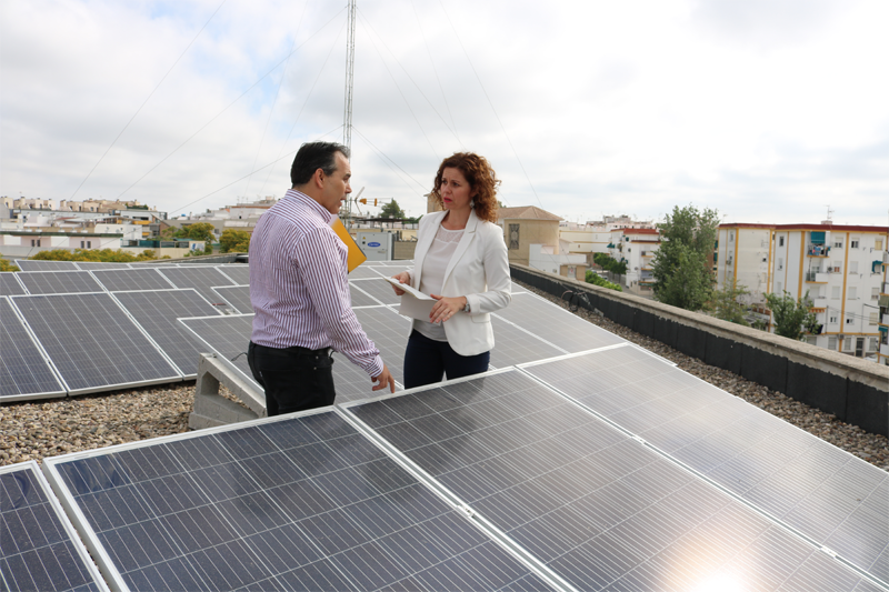 La teniente de alcalde de Infraestructuras, Urbanismo y Medio Ambiente, Raquel Casado, acompañada de José María Alameda, representante de la empresa Solar del Valle,