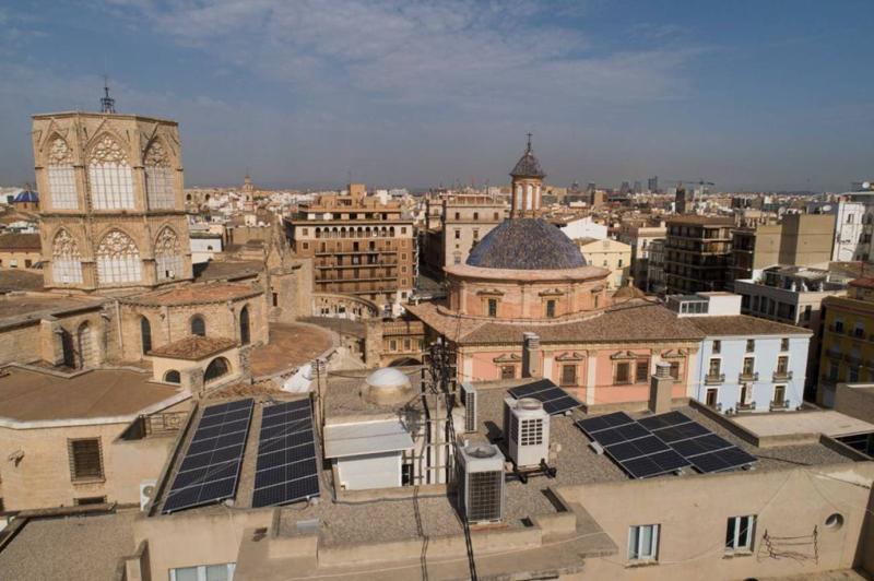 """Placas solares sobre el edificio municipal del Ayuntamiento de Valencia """"Punt de Ganxo""""."""