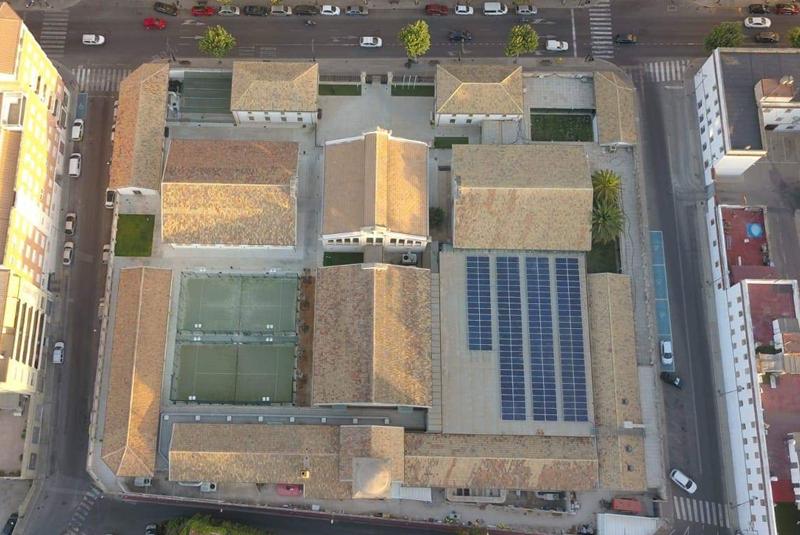 Vista aérea del complejo deportivo Eduardo Latorre, el último de los edificios municipales del Ayuntamiento de Alcoy en instalar una planta fotovoltaica de autoconsumo.