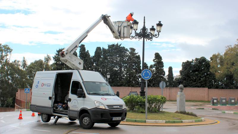 Operario del Ayuntamiento de Estepona sobre una grúa haciendo tareas de renovación de farolas.