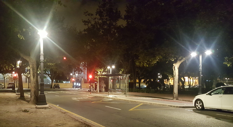 Calle de Valencia. Iuminación nocturna. Farolas LED.
