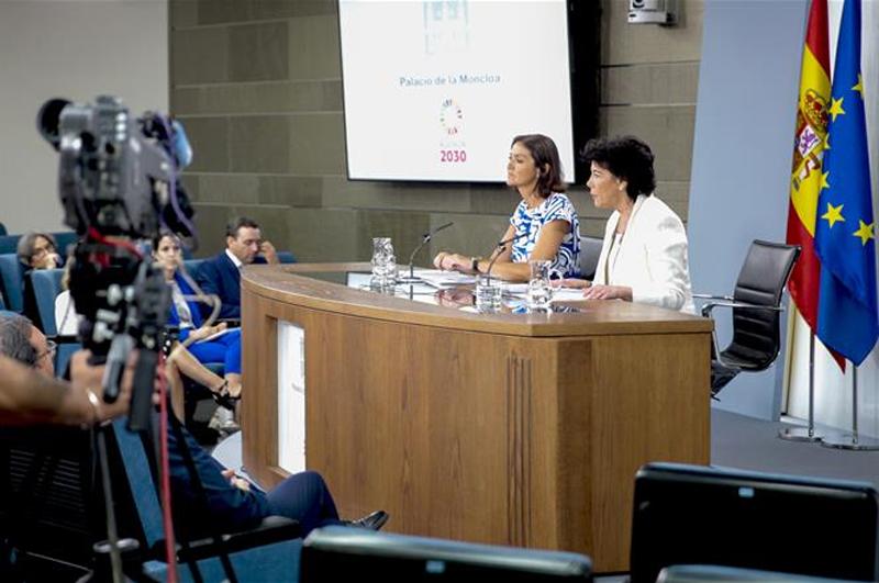 La ministra de Educación y Formación Profesional y portavoz del Gobierno en funciones, Isabel Celaá, y la ministra de Industria, Comercio y Turismo en funciones, Reyes Maroto, atienden a los medios de comunicación en la rueda de prensa posterior al Consejo de Ministros.
