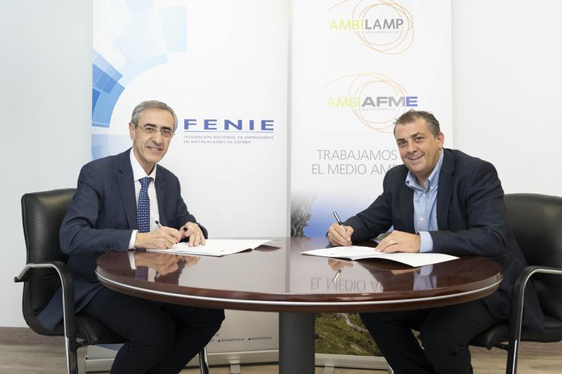 Juan Carlos Enrique Moreno, Director General de AMBILAMP/AMBIAFME, y Jaume Fornés, presidente de FENIE, firmaron el convenio de colaboración.