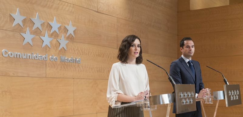 Isabel Díaz Ayuso e Ignacio Aguado, presidenta y vicepresidente de la Comunidad de Madrid, anuncian que esta medida afectará a 2.273 edificios del Gobierno regional.