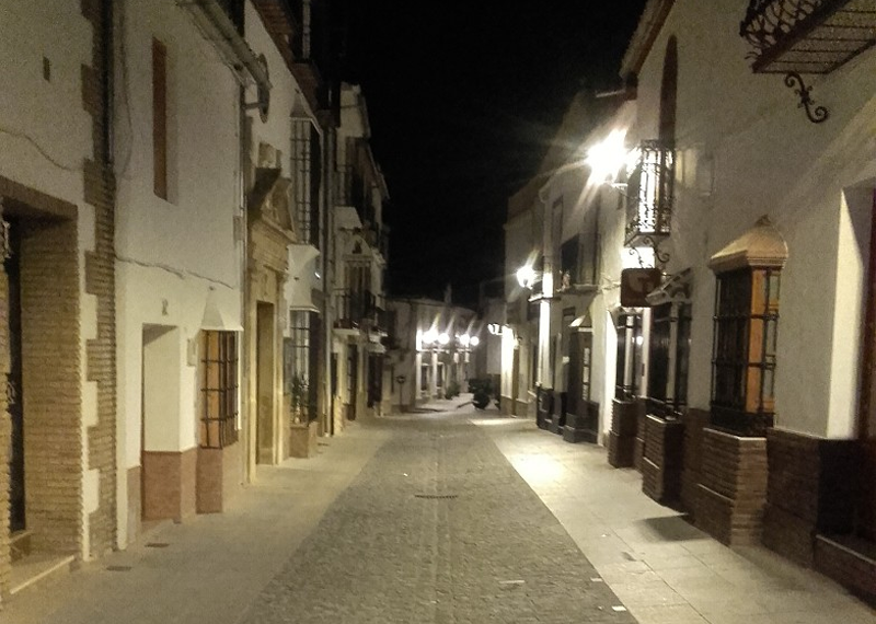 Calle de un pueblo malagueño. Alumbrado urbano.