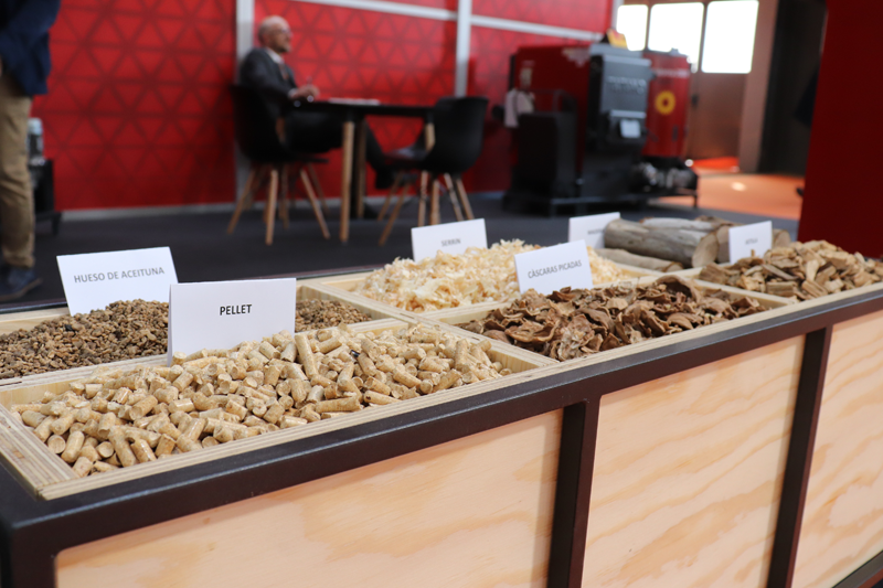 Contenedor con ditintos tipod de pellet en uno se los stands de Expobiomasa 2019.