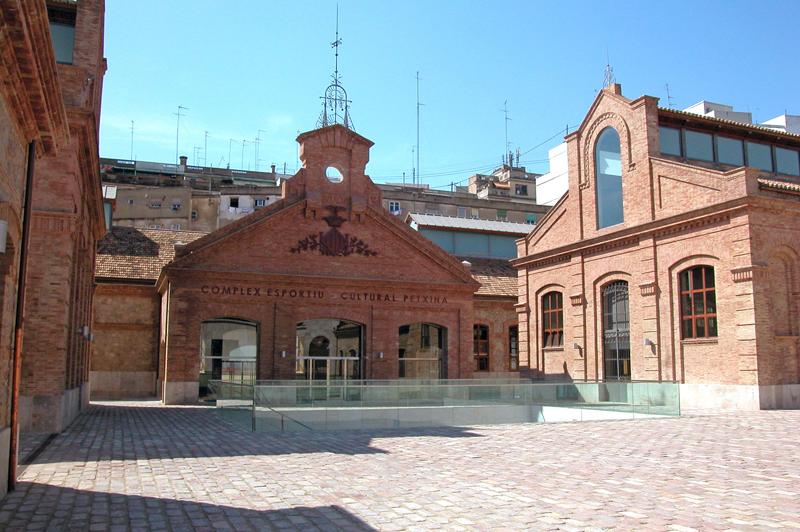 Fachada del complejo deportivo y cultural La Petxina, antiguo matadero municipal de Valencia.