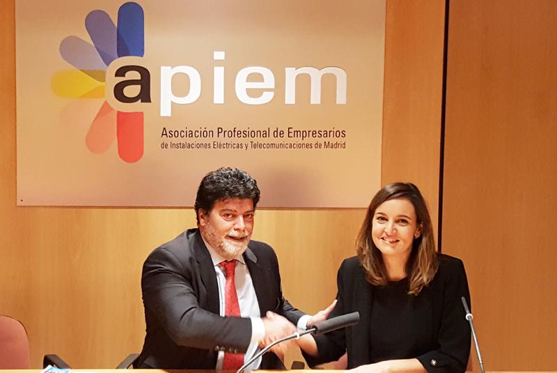 El presidente en funciones de APIEM, Ángel Bonet Salinas, y la directora general de VIVE Energía, Carmen Olier Gárate.