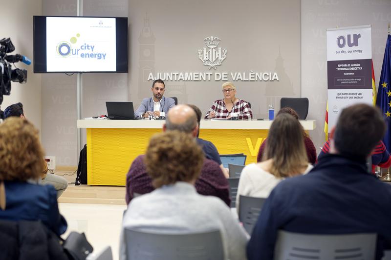 La concejala de Gestión de Recursos, Luisa Notario, y el concejal de Emergencia Climática y Transición Energética, Alejandro Ramón. del Ayuntamiento de Valencia, en rueda de prensa.
