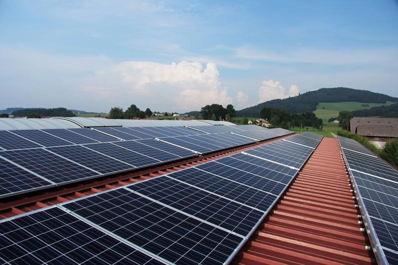 Paneles solares sobre cubierta. Archivo (Foto: Oficina de Comunicación del Gobierno de Cantabria)