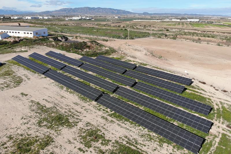 Planta de autoconsumo fotovoltaico sobre suelo junto a fábrica de piensos.