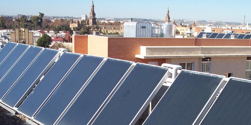 paneles solares en edificio en Andalucía