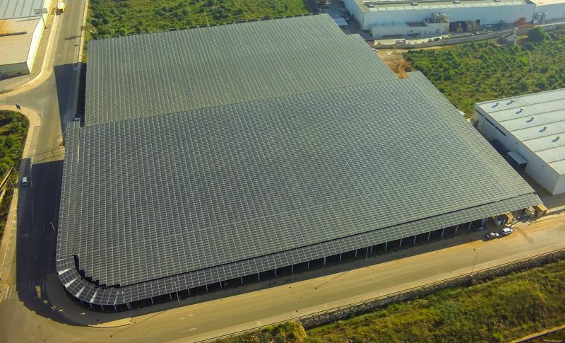 Con una superficie de 12.126 metros cuadrados y una potencia de 2.171 MWp, la instalación fotovoltaica produce 3.000.000 kWh.