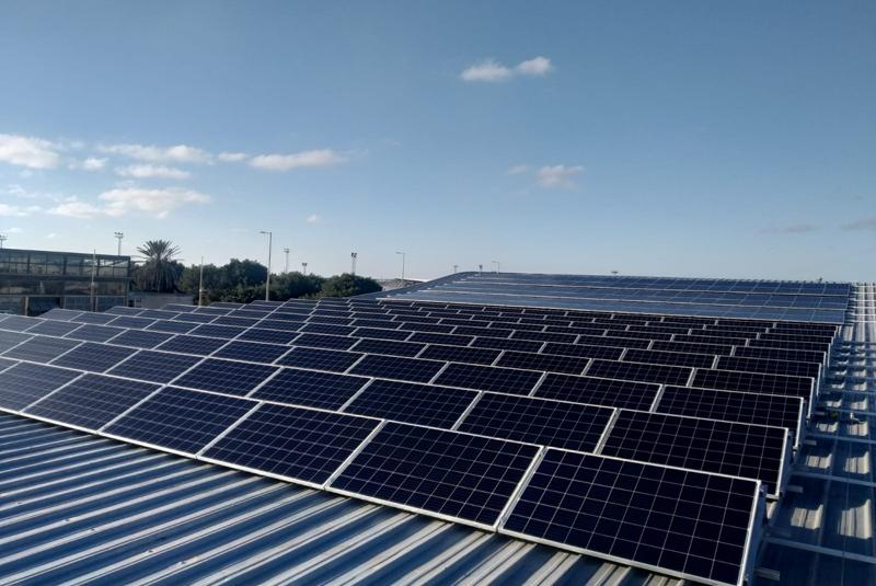 Instalación fotovoltaica en régimen de autoconsumo situada sobre la cubierta de la Piscina Municipal Tita Llorens.