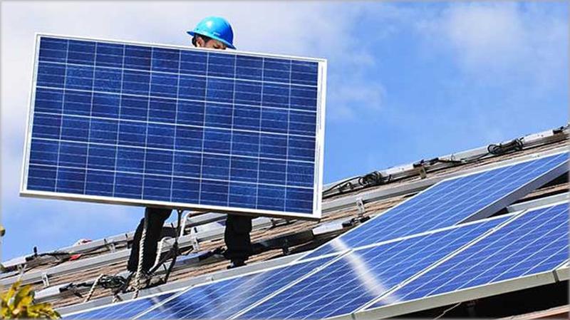 Operario en la instalación de placa fotovoltaica