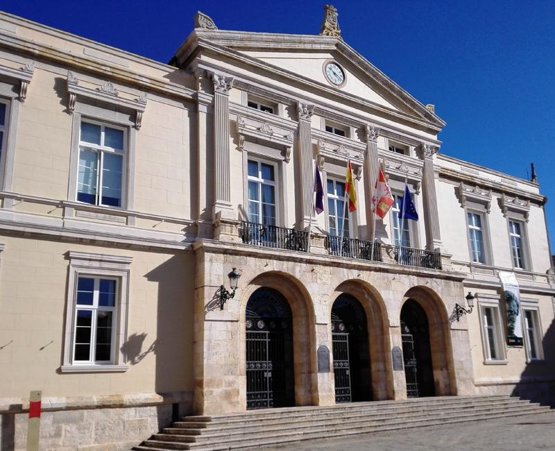 El Ayuntamiento de Palencia prevé invertir 276.000 euros en la sustitución del sistema de iluminación de la Plaza Mayor por uno capaz de reducir el gasto energético en un 50% sobre el actual gracias a los Fondos Europeos de Desarrollo Regional