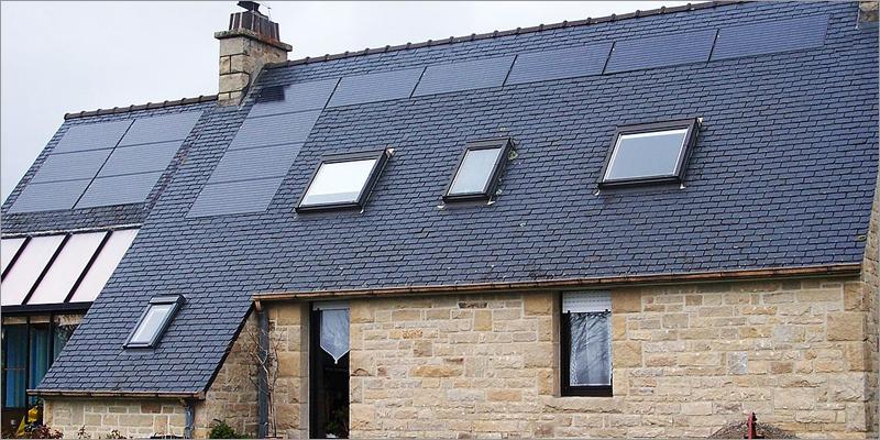 placas solares en cubierta de una casa