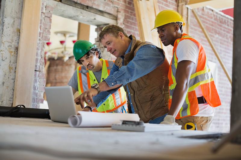 Trabajadores en proyecto de arquitectura e ingeniería