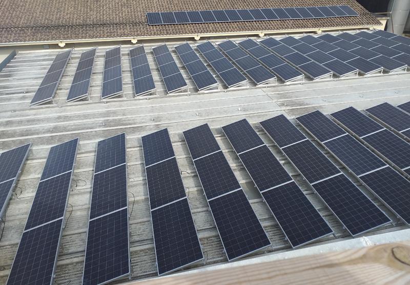 Paneles fotovoltaicos en la cubierta de Viñas del Vero