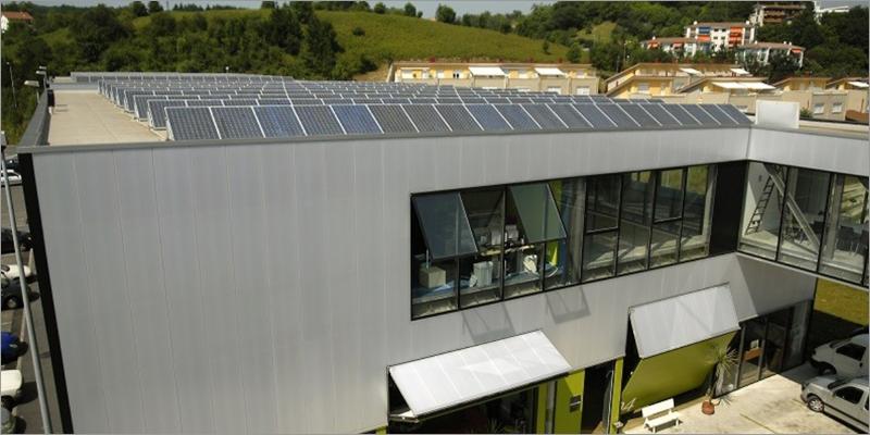 edificio con cubierta con placas solares