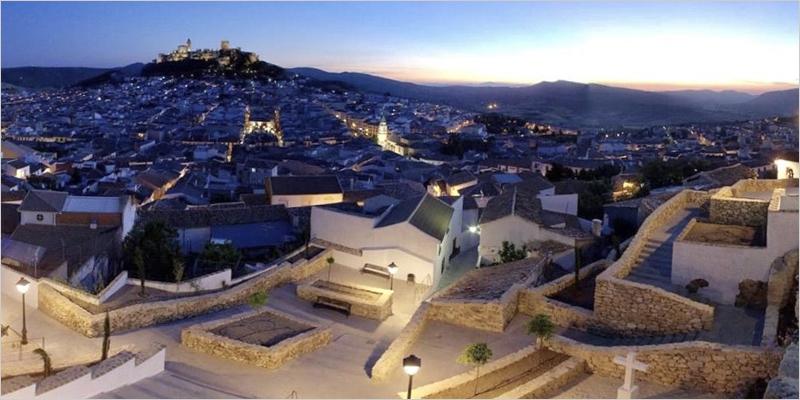 Alcalá la Real aprueba el pliego para contratar la renovación del alumbrado urbano con tecnología LED y telegestión.