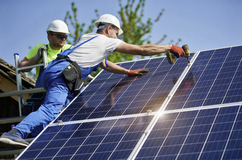 Trabajadores Instalando paneles fotovoltaicos